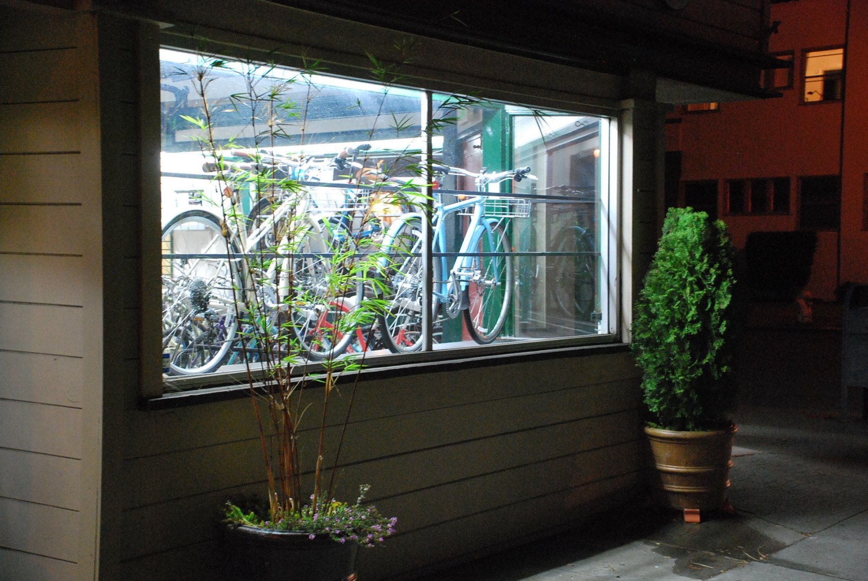 File Trek District Window Display Jpg Cycle City The Alameda